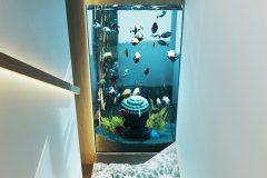 10-minimalistycz-klatka-schodowa-z-dużym-akwarium-wnętrze-w-duchu-Vastu-shastra-styl-japandi-proejkt-OSOM-group-Warszawa-Hamptons-ściana-solna-ogród-wertyklany-interior-design