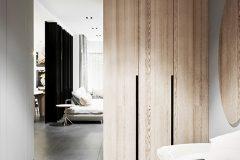5_-wnętrze-z-dużym-salonem-skandynawski-styl-jasne-drewno-z-czarnymi-dodatkami-mieszkanie-Grodzisk-Mazowiecki