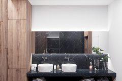 9-minimalistyczny-styl-wnetrza-z-duża-część-dzienną-_-dominuje-czarny-i-grafitowy-oraz-jasne-drewno-mieszkanie-w-Warszawie