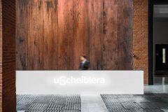 minimalistyczna-recepcja-holu-Loftów-u-Scheiblera-w-Łodzi-designerska-recepcja-kortenowe-panle-klimat-industrialny-_01