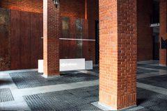 minimalistyczna-recepcja-holu-Loftów-u-Scheiblera-w-Łodzi-designerska-recepcja-kortenowe-panle-klimat-industrialny-_02