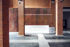 minimalistyczna-recepcja-holu-Loftów-u-Scheiblera-w-Łodzi-designerska-recepcja-kortenowe-panle-klimat-industrialny-_03